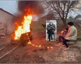 """Au dat foc la căruță în semn de protest față de cal. Parodie marca """"Banca de Bancuri"""""""