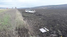 FOTO // Accident la Hâncești. O șoferiță s-a răsturnat cu automobilul în câmp