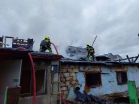 Incendiu în centrul Capitalei. Patru echipaje de pompieri au luptat cu flăcările care au cuprins o casă părăsită
