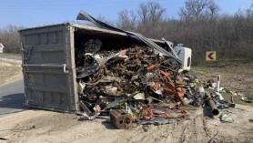 FOTO // Un camion care transporta fier vechi s-a răsturnat la Ungheni. Nu ar fi încăput în cotitură