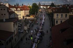 """Cehii """"și-au luat adio"""" de la coronavirus cu o petrecere imensă la Praga"""