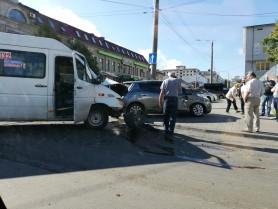 FOTO // Incident matinal. Un microbuz implicat într-un accident în centrul Chișinăului