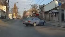VIDEO // Accident BIZAR în capitală. Un Mercedes a derapat din senin și s-a tamponat în peretele unei case