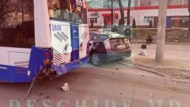 FOTO // Două persoane au ajuns la spital, după ce un TAXI s-a tamponat într-un troleibuz din capitală