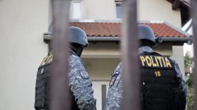 VIDEO // Au greșit adresa. O femeie și fiica sa agresate și amenințate cu arma de mascații poliției române