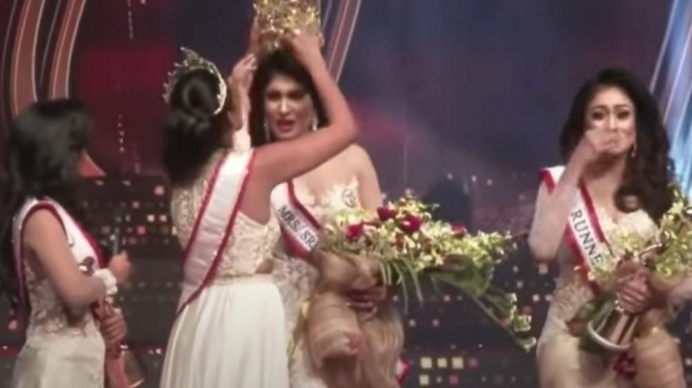 """VIDEO // Final cu scandal la """"Mrs. Sri Lanka"""". Momentul când câștigătoarei i-au smuls coroana rănind-o la cap"""