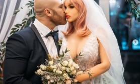 FOTO // Un sportiv rus s-a căsătorit cu o păpuşă