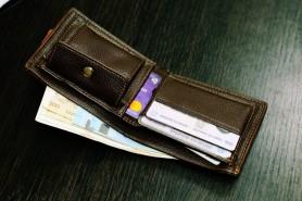 Oamenii buni EXISTĂ! Un tânăr și-a recuperat portmoneul după ce bărbatul care l-a găsit l-a predat poliției