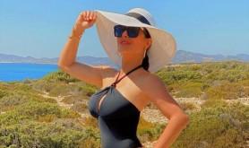FOTO // Salma Hayek, irezistibilă la 54 de ani. Cum arată actrița în costum de baie